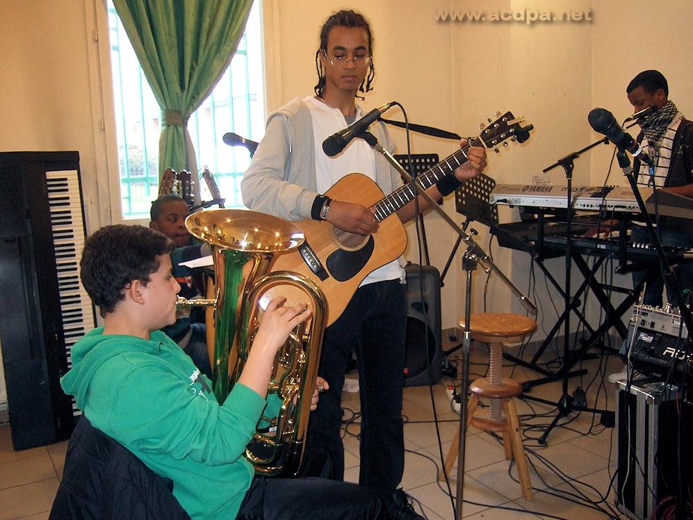 Arthur en action (tuba), sous l'oeil d'Alexandre (mars 2013)