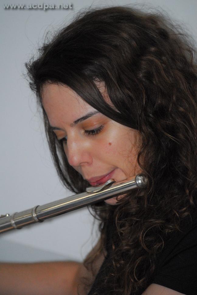 Milène, à la flûte