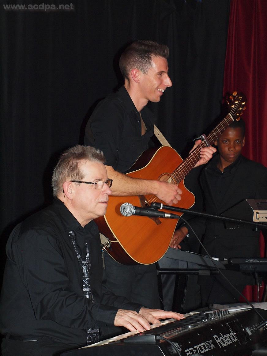Greg à la guitare, accompagnant Jean-Luc Salmon, lors de son concert au BlueGamm le 2 mars 2012
