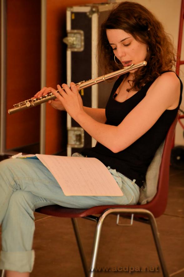 À Arnac, Milène s'échauffe à la flûte