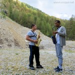 Dans les vallées du Queyrac, Arthur donne à Alexandre son premier cours de saxophone