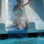 Bérénice : descente de toboggan à la piscine du centre