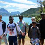 Devant le lac de Serre-Ponçon: Alexandre, Grace, Kevin, Abimanyou, Jean-Luc et Yves