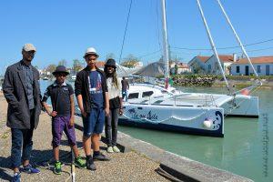 Alexandre, Isaia, Abimaniou et Loojiah (les autres filles ne sont pas encore là !!!), en attente devant le Catamaran qui doit nous emmener en mer...