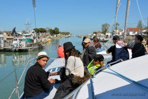 Départ pour faire le tour de Ford Boyard et de l'ile d' Aix, sur le catamaran à voile. De gauche a droite : Isaia, Loojiah, Abimaniou, et Alexandre