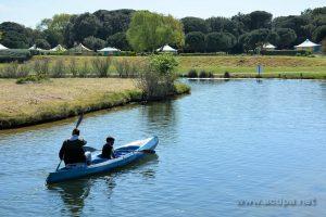Alexandre et Abimaniou font du canoé sur les petits lacs à l'intérieur du Centre de Vacances : décors de rêve!!!