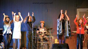 Les stagiaires et les sarcellois, sur scène (7 sarcellois et 3 stagiaires, sans oublier Guillaume à la technique)