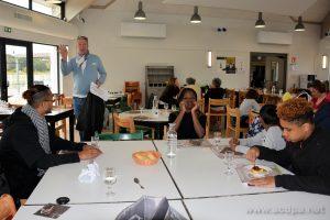 Au restaurant du CEAS La Perrotine : Élie, le responsable hébergement et cuisine, Alexandre, Looiha, Isaiah et Abimaniou
