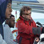 Sortie en catamaran : notre barreur enseigne les bases à Jordy et Grace