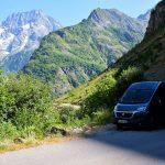En montant les lacets, dans les Alpes