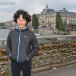 Léo, sur la passerelle Léopold-Sédar-Senghor, entre le musée de l'Orangerie et le Musée d'Orsay (sur la droite)