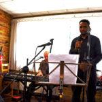 Clément à la guitare, Jean-Luc au piano et Mickael à la batterie accompagnent Youssouf «Gafsa»