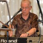 Jean-Luc, seul au piano, chante «Nicolas»