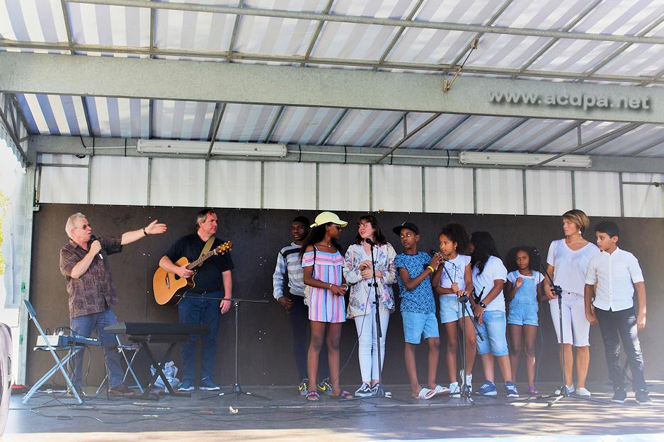 "Jean-Luc présente le groupe ""Teenager"" : Xavier, Jamescy, Marianne, Ahmed, Alvina, Shan, Siana, Véronika et Ryan"