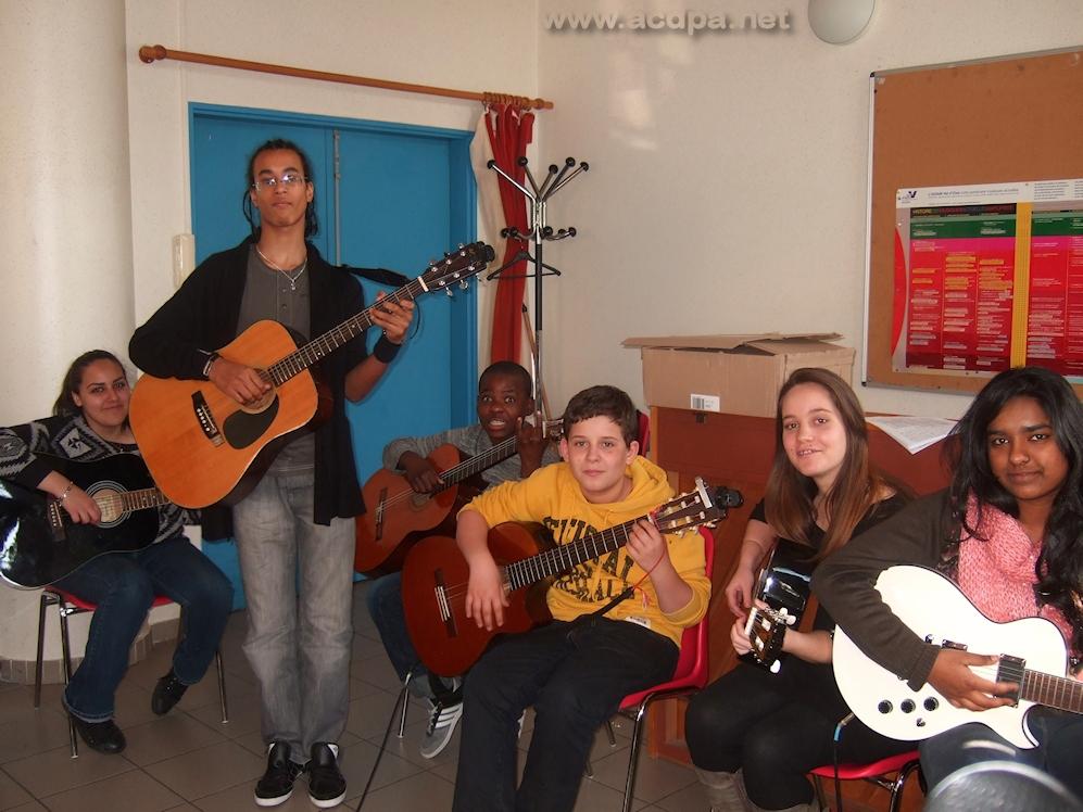 Stage de Mars 2013 : cours de guitare guidé par Alexandre. De gauche à droite Mégane, Alexandre, Grace, Arthur Myriam et Roshnie