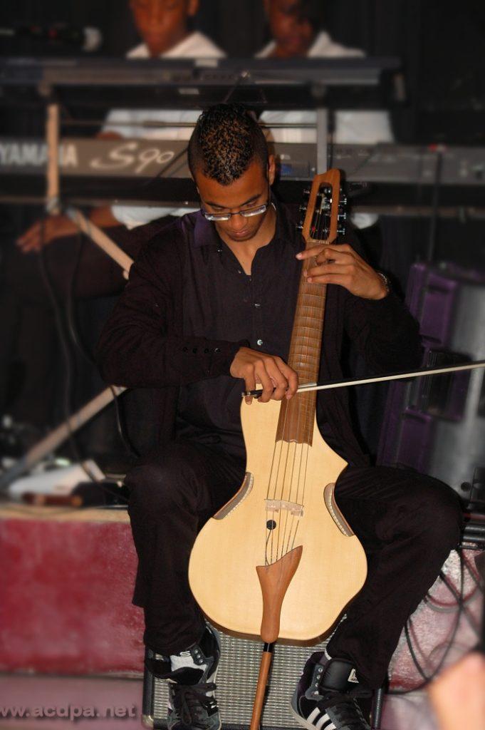 Tournée d'été 2014 : c'est le moment où Alexandre fait son numéro avec le Guitarviol, cet instrument incroyable que Jean-Luc a fait venir de Californie, et qui peut faire un petit quatuor à corde à lui tout seul !